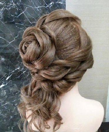 Троянда з волосся в поєднанні з романтичними локонами