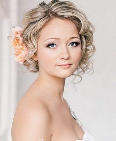Весільні зачіски з квітами у волоссі